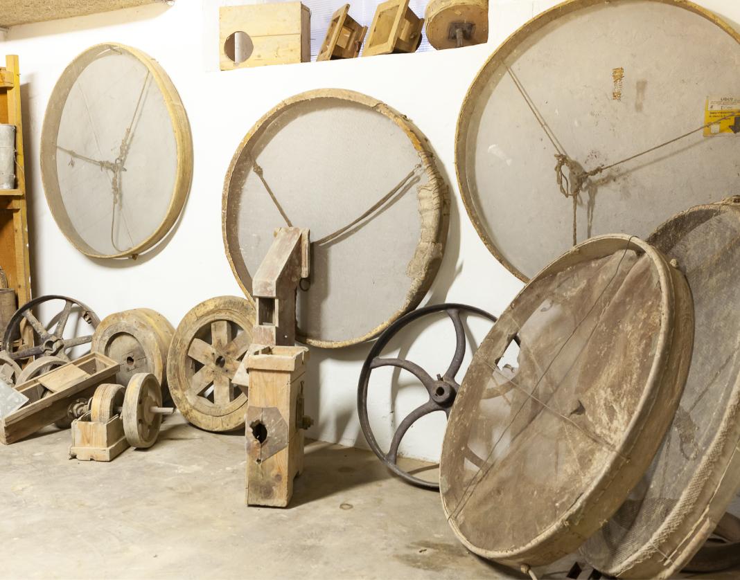 Serie di 5 grandi setacci e altri attrezzi storici in legno destinati alla lavorazione del riso a Mede.