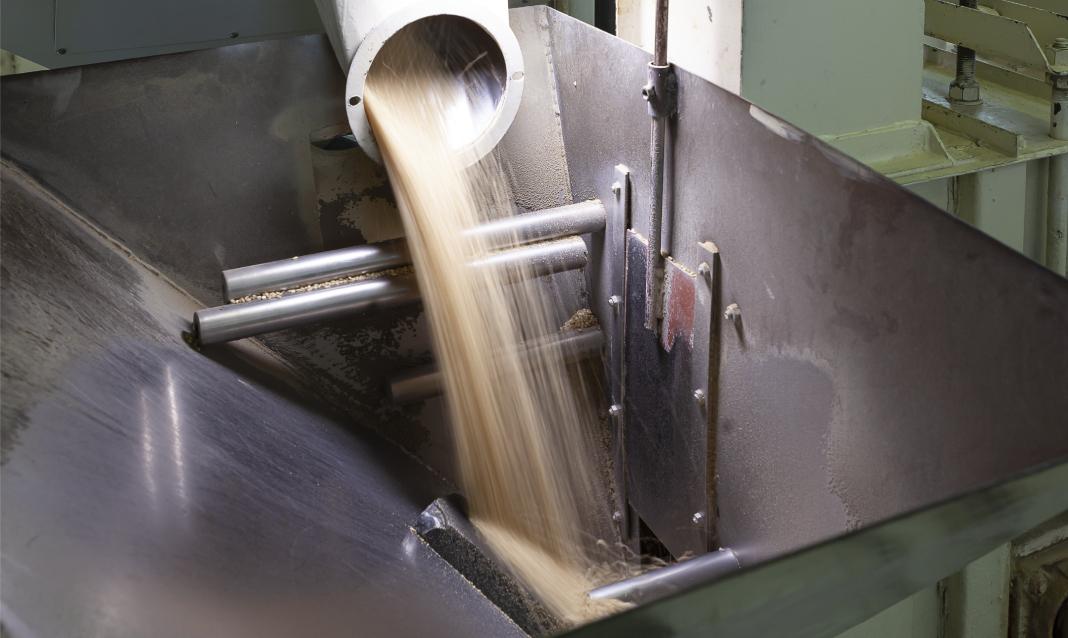 Macchina spietratrice della Riseria Masinari. Un collettore di metallo visibile nella parte superiore dell'immagine lascia fluire il riso biologico nella porzione inferiore, consistente in un grande imbuto rettangolare di acciaio.